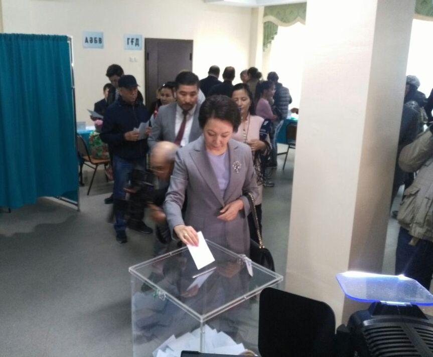 Дания Еспаева на избирательном участке