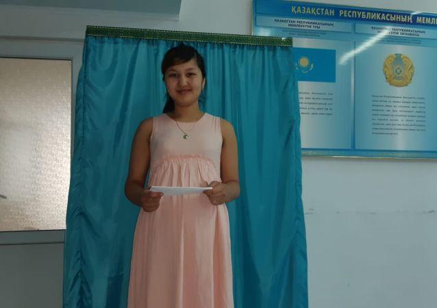 Акнур Исмаилова, 20 лет. Это ее первые выборы в жизни. В роддоме.