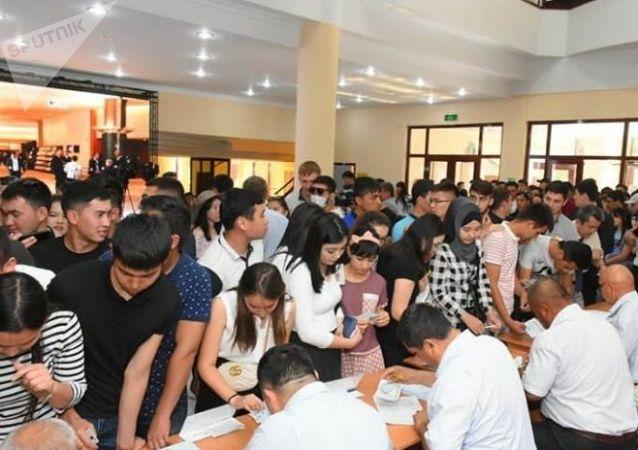Избиратели в Туркестане голосуют на выборах президента