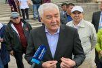 Кандидат в президенты Амиржан Косанов на избирательном участке