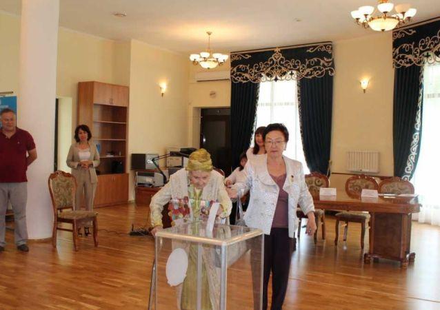 В Бишкеке проголосовала 102-летняя народная артистка Казахстана Айша Абдуллина