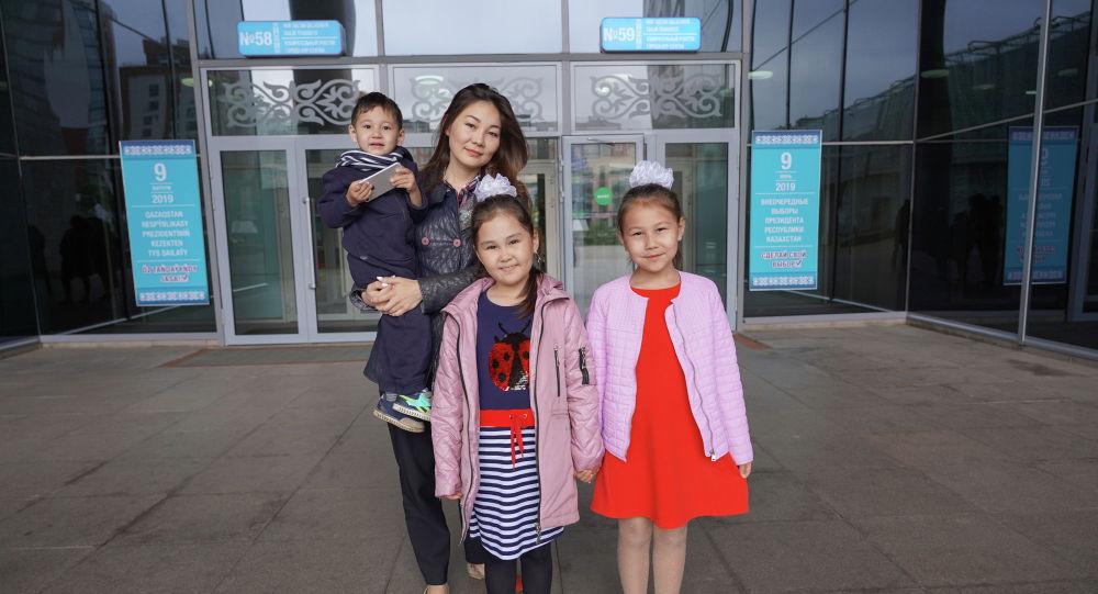 Госслужащая Асель с детьми пришла на выборы