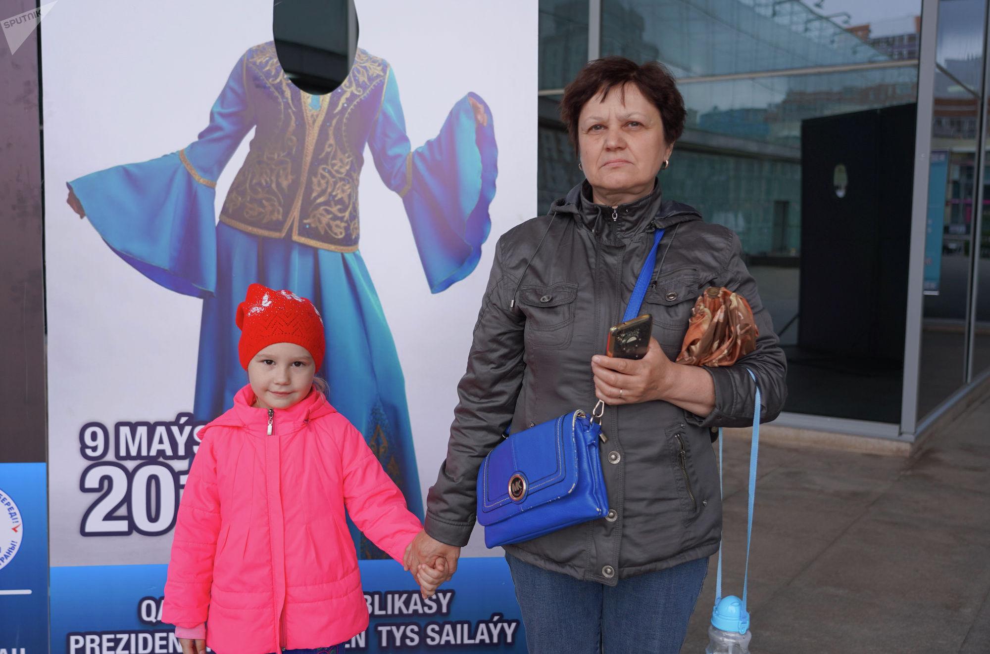 Работница столичного детского сада Светлана с внучкой
