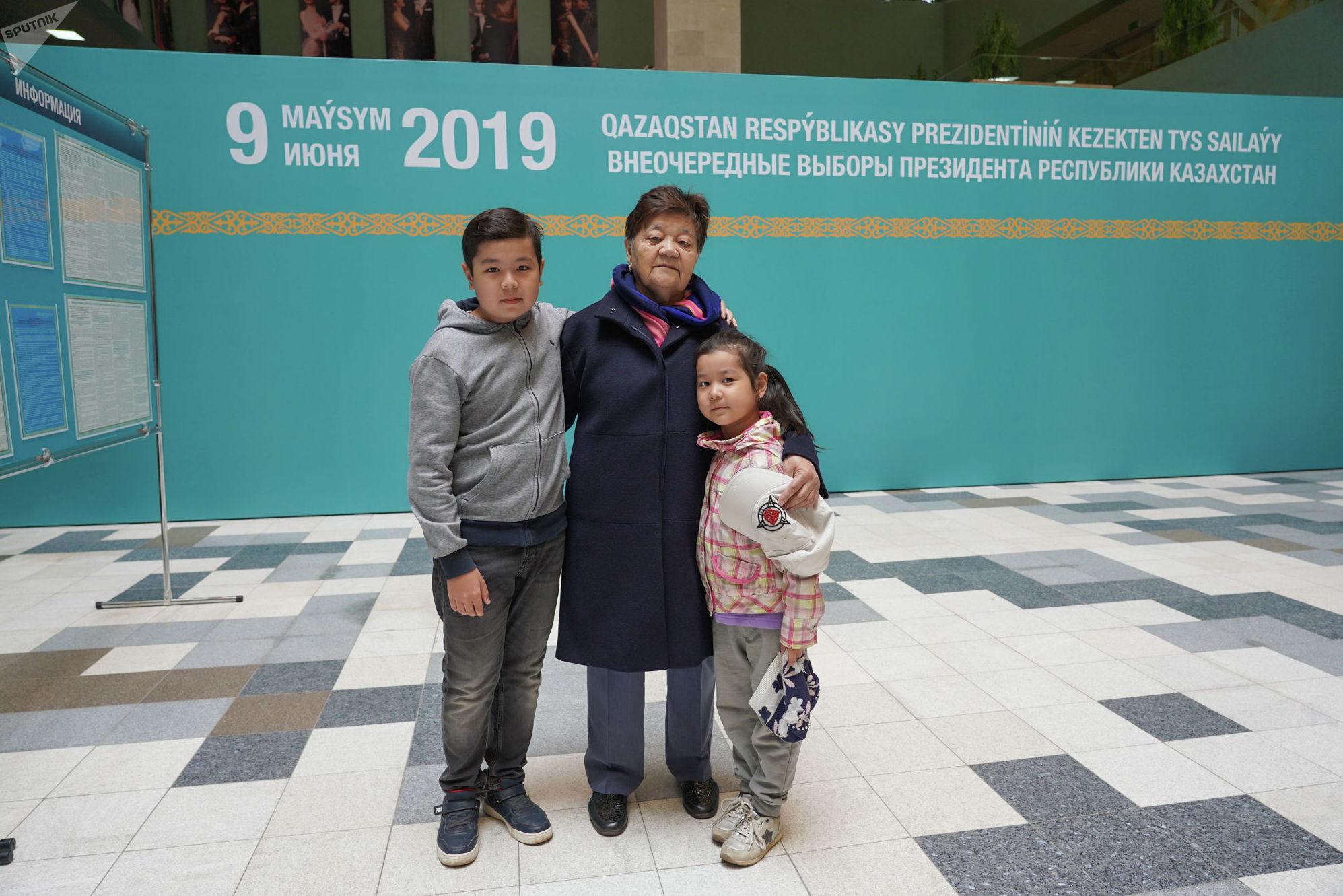 Налоговый инспектор Марияш с двумя внуками на выборах