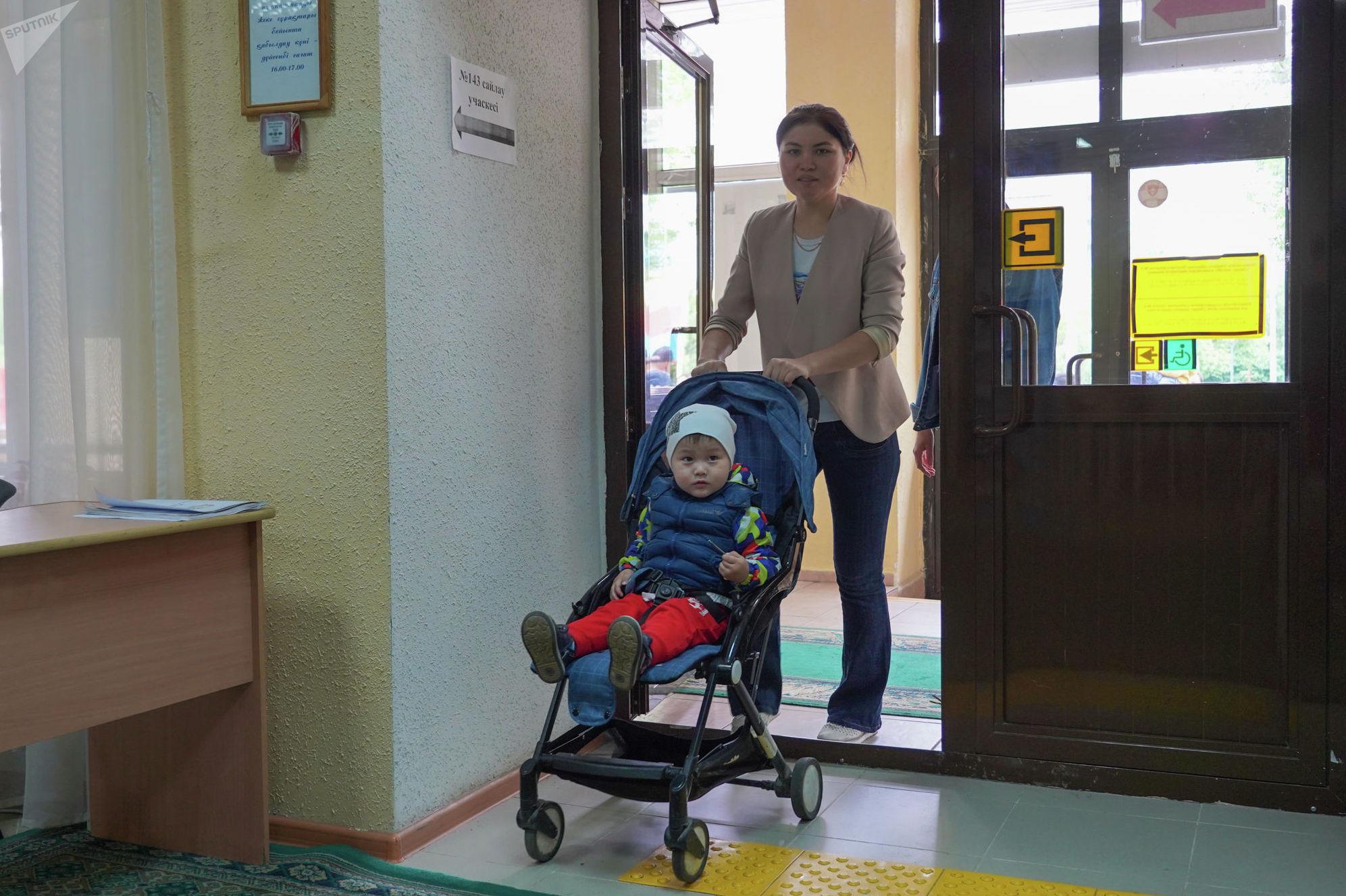 Банковский сотрудник с сыном на избирательном участке