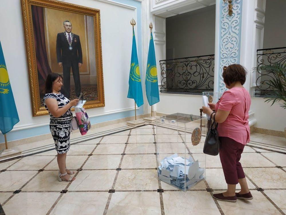 Казахстанцы голосуют в посольстве