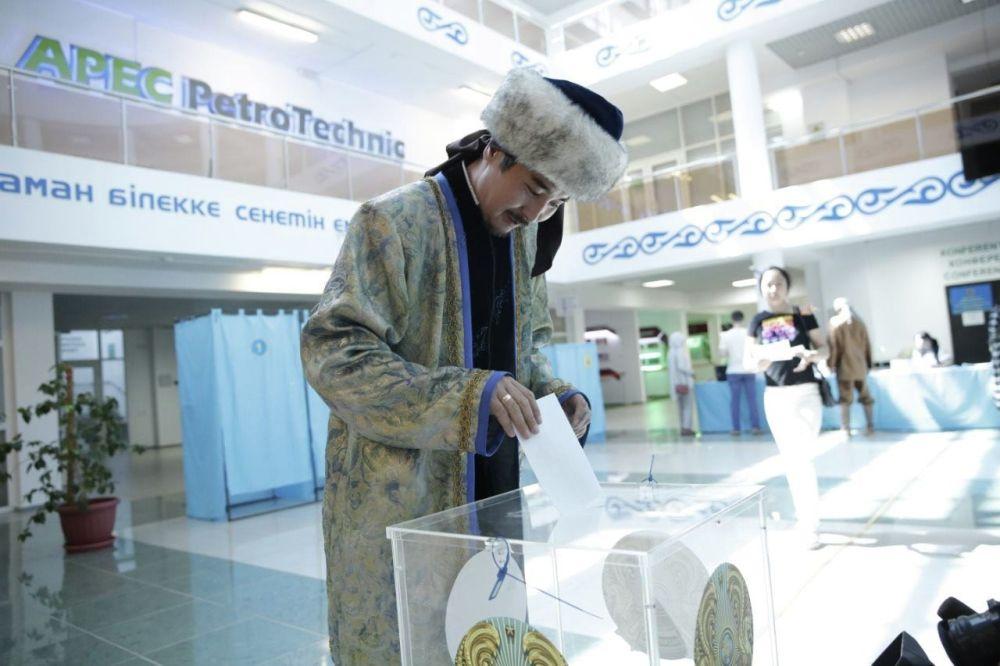 Избиратель в образе Толегена из поэмы Кыз Жибек