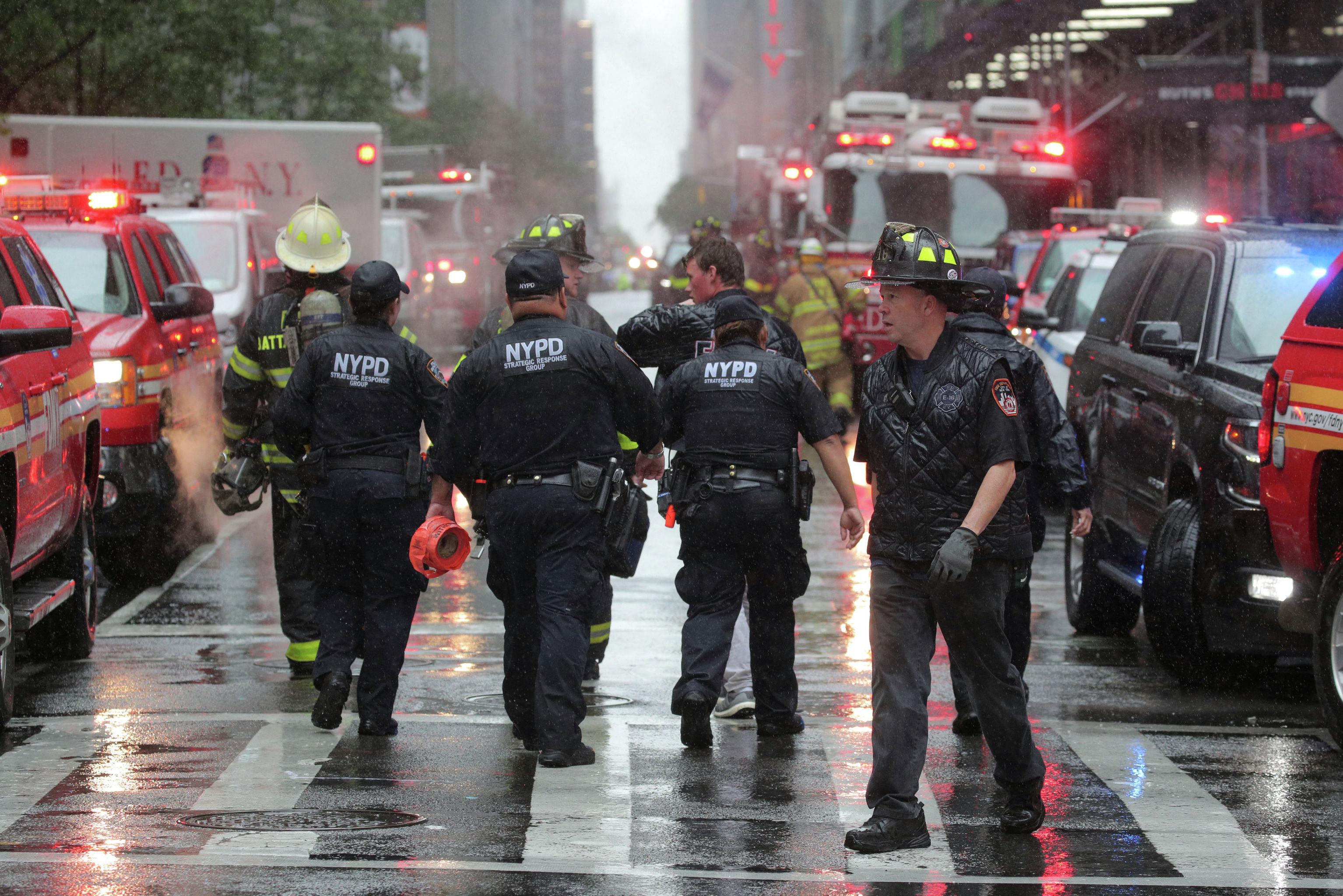 Спасатели на 787-ю авеню в центре Манхэттена, где разбился вертолет в Нью-Йорке