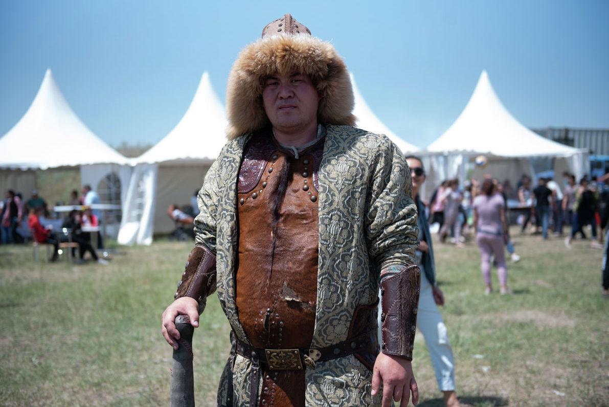 Один из участников шоу батыров