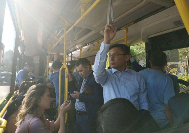 Журналисты едут на автобусе в пресс-центр для освещения инаугурации президента