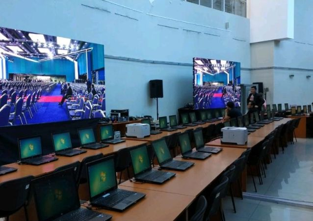 Журналисты собираются в пресс-центре университета Шабыт для освещения инаугурации президента РК