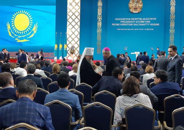 Участников церемонии просят занять свои места и отключить мобильные телефоны