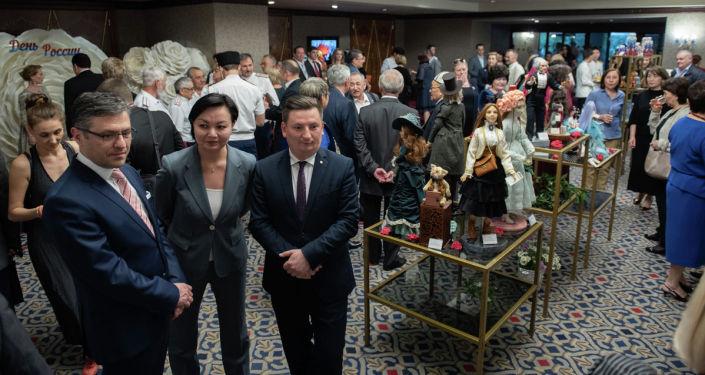 На консульский прием в честь Дня России были приглашены зарубежные дипломаты, российские и казахстанские политические, культурные и общественные деятели