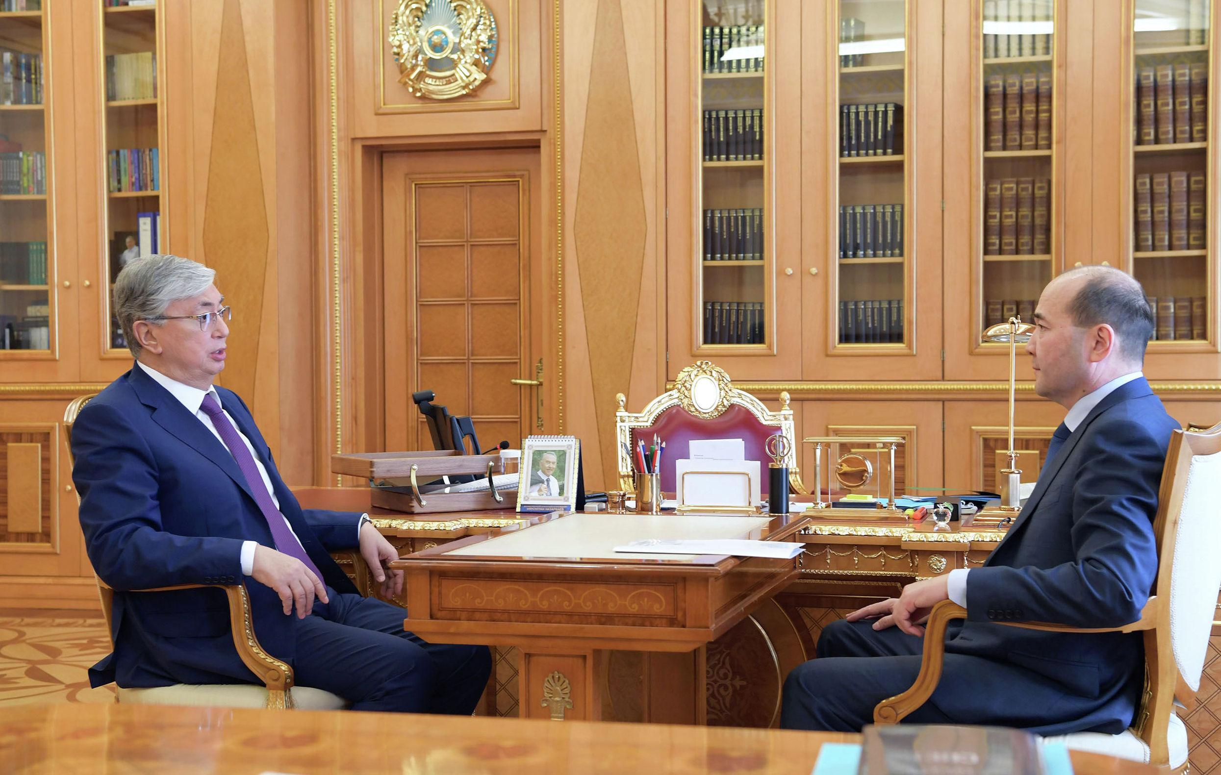 Президент Казахстана Касым-Жомарт Токаев и Генеральный прокурор Гизат Нурдаулетов на встрече в Акорде
