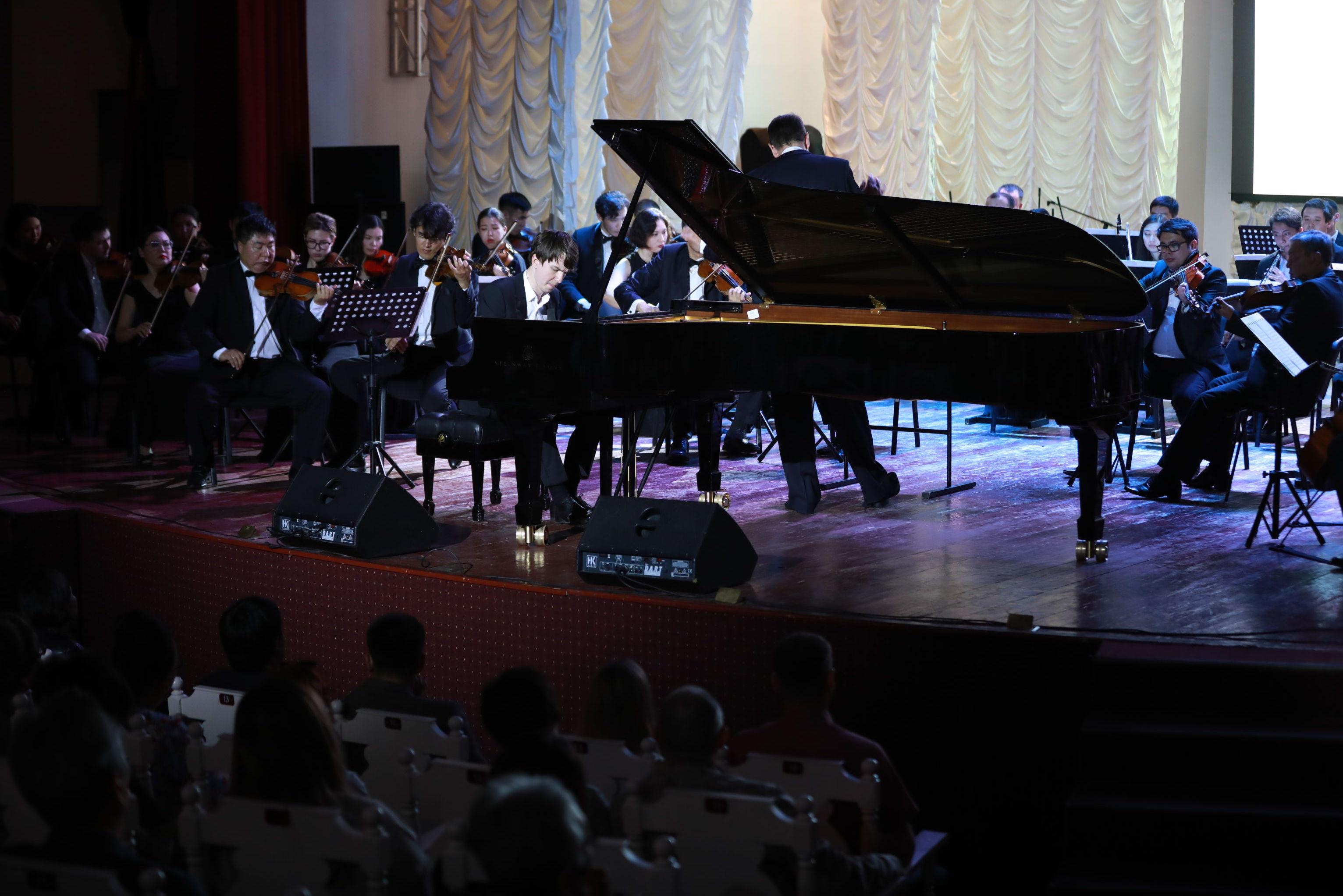 Пианист Алексей Мельников