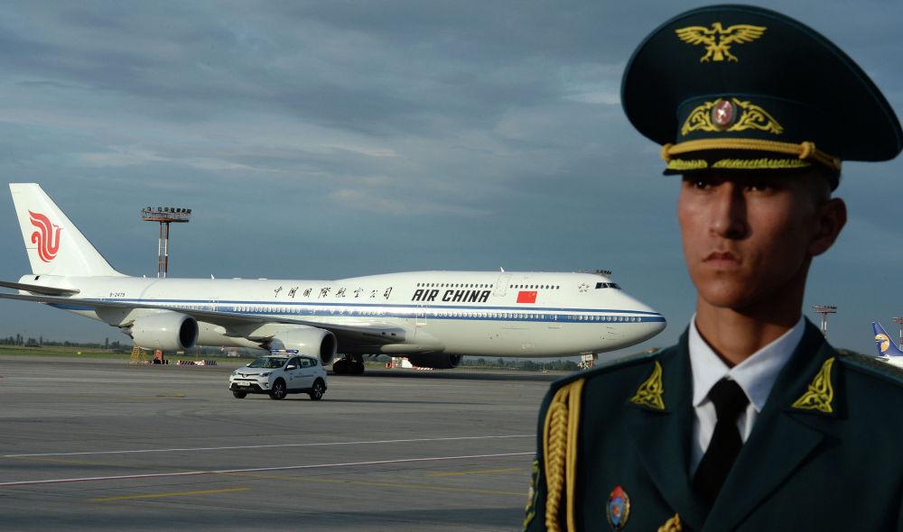 Председатель КНР Си Цзиньпин прилетел на самолете Boeing 747-800, который обслуживает госкомпания Air China. За день до саммита он совершил госвизит в Кыргызстан. В аэропорту его встретил президент Сооронбай Жээнбеков