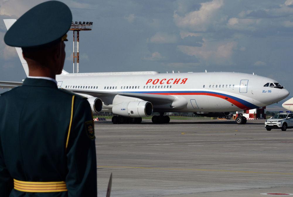 Российский лидер Владимир Путин прилетел на Ил-96. Его встретил президент КР Сооронбай Жээнбеков. В аэропорту также состоялась двусторонняя встреча глав государств