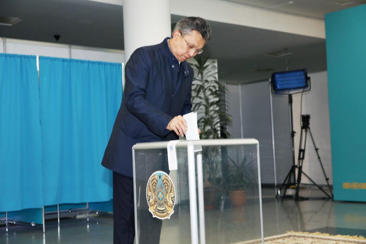 Аким Нур-Султана Бахыт Султанов проголосовал на выборах президента Казахстана