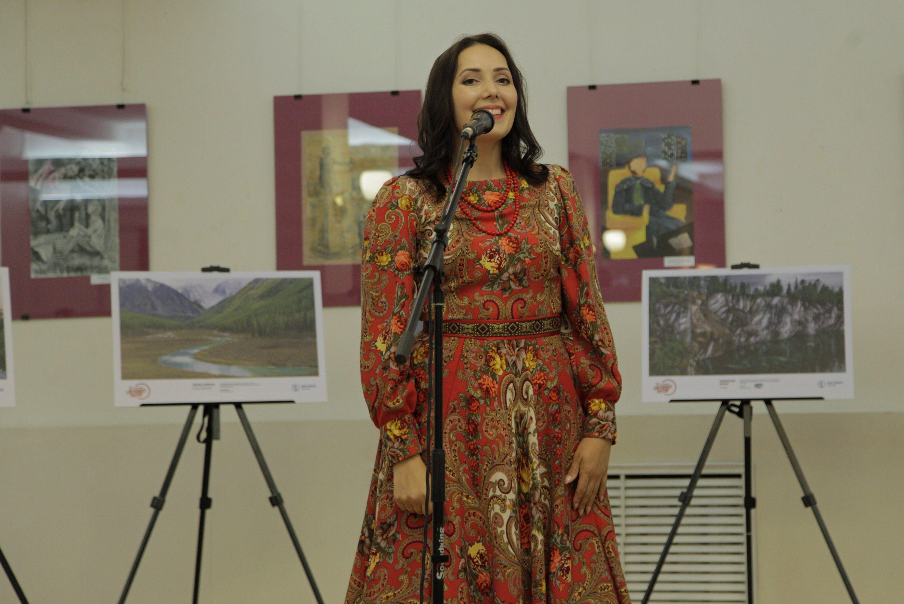 Лауреат международных и всероссийских конкурсов певица Наталья Николаева