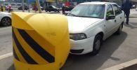 ДТП в Алматы: водитель врезался в дорожный знак