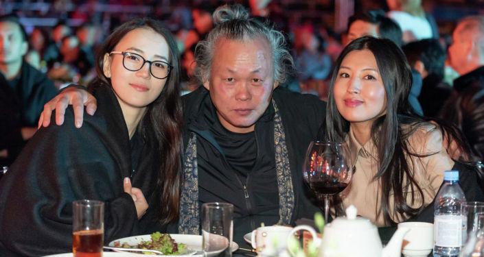 Южнокорейский режиссер Ким Ки Дук в окружении поклонниц