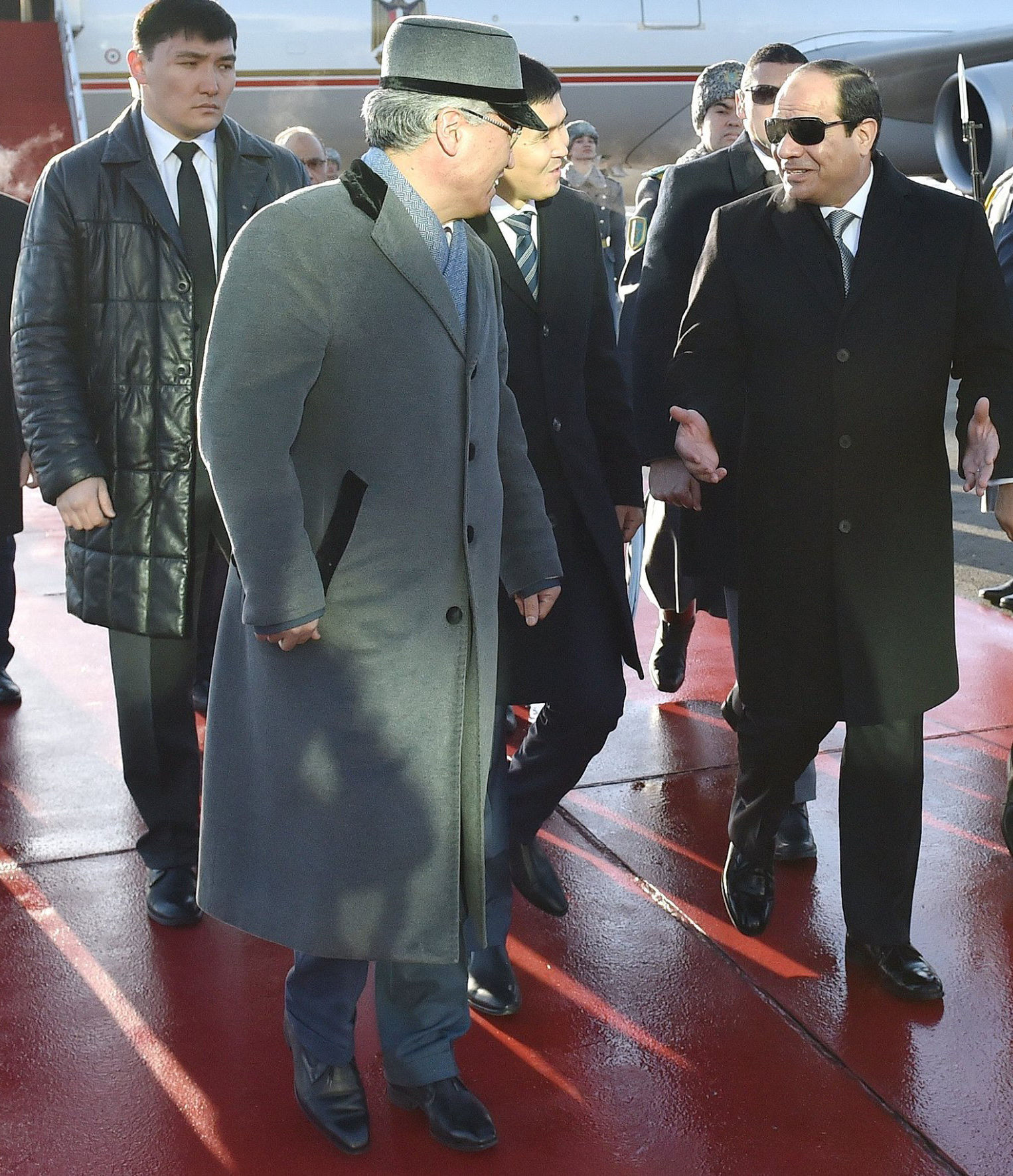 Архивное фото встречи в аэропорту министра культуры Казахстана Арыстанбека и президента Египта Абдель Фаттаха ас-Сиси