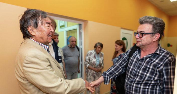 Поэт Олжас Сулейменов и руководитель представительства МИА Россия сегодня в Казахстане Виктор Панов  на вечере памяти имени Юрия Домбровского