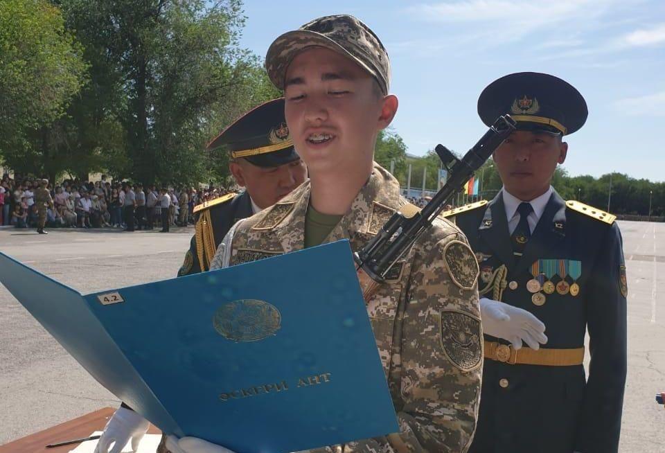 Гражданский активист Бейбарыс Толымбеков принимает присягу