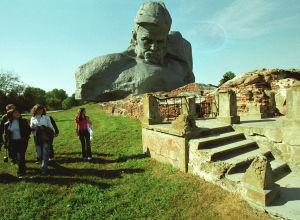 У главного монумента мемориального комплекса Брестская крепость-герой