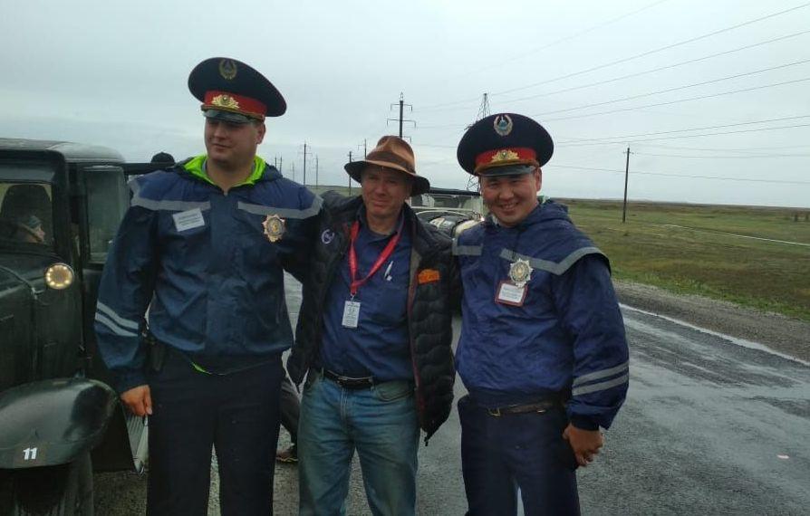 Участник ретро-ралли сбился с пути в Павлодарской области, ему помогли полицейские