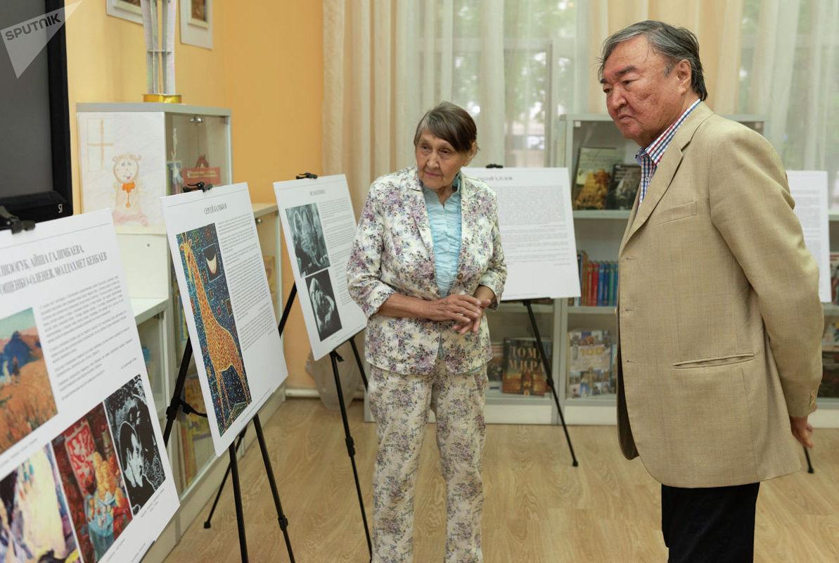 Поэт Олжас Сулейменов и супруга писателя Клара Турумова на вечере памяти имени Юрия Домбровского