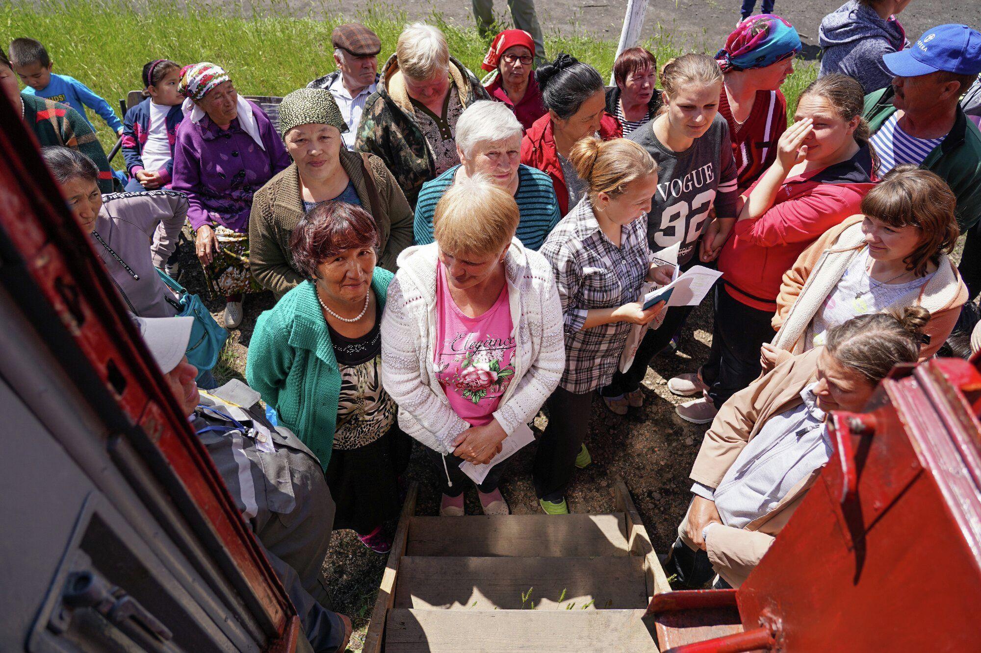Жители поселка у Поезда здоровья