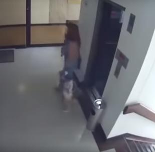 Мать едва успела спасти ребенка, схватит его за ноги - видео