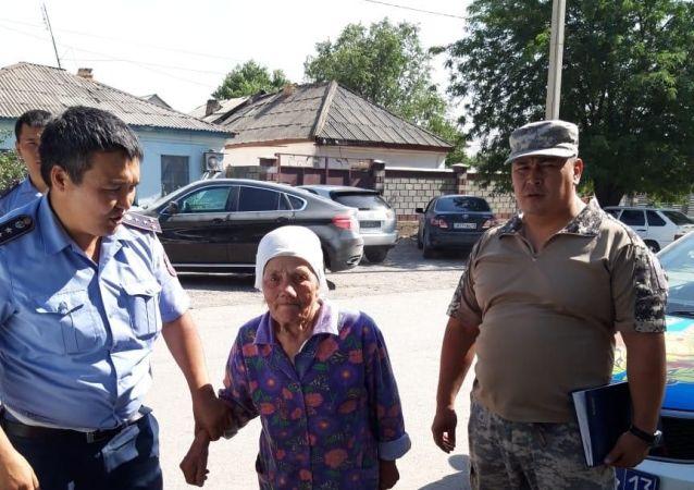 Сотрудники полиции оказывают помощь жителям Арыси