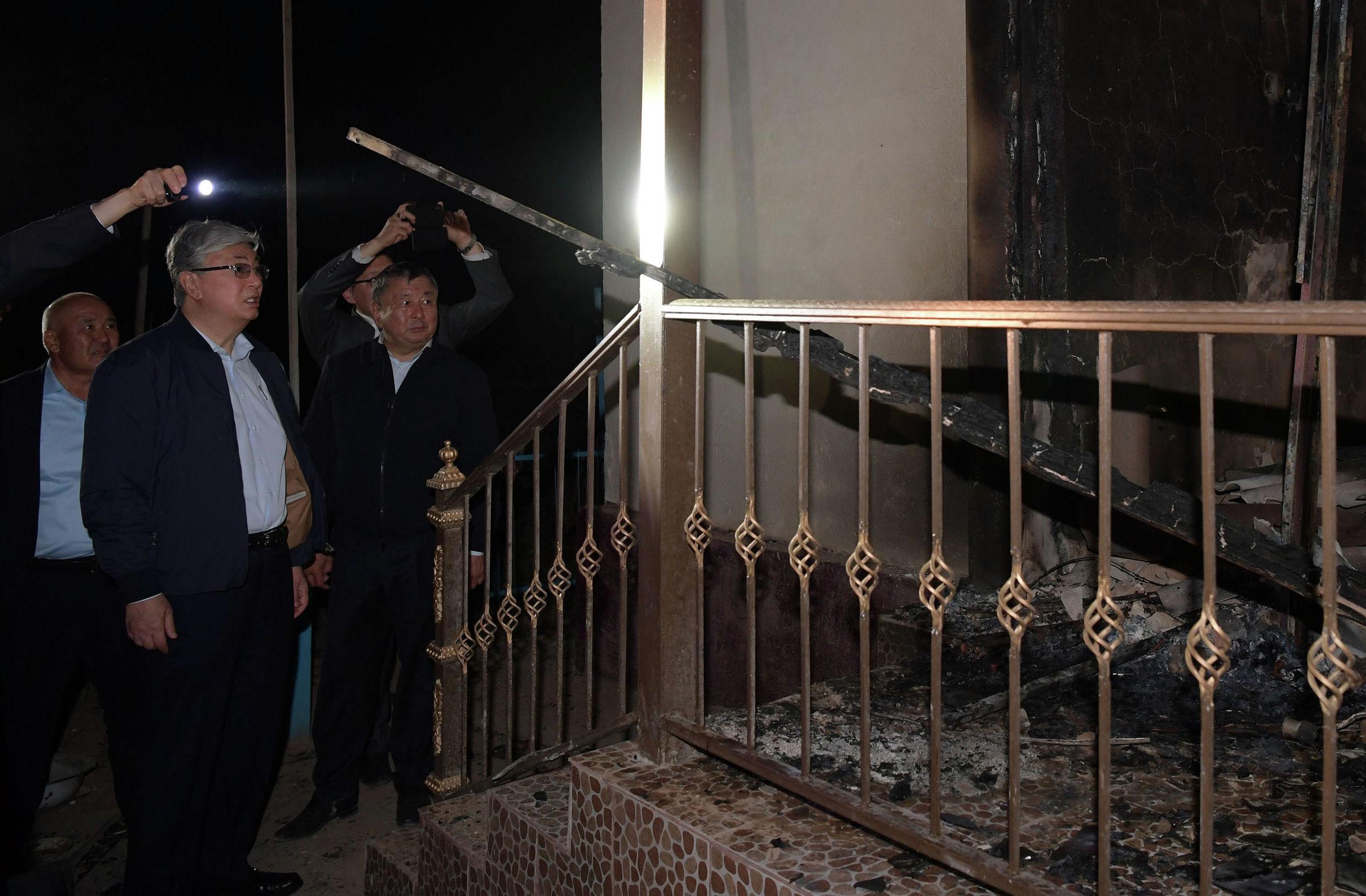 Касым-Жомарт Токаев осмотрел пострадавшие от взрывов жилые дома и административные здания