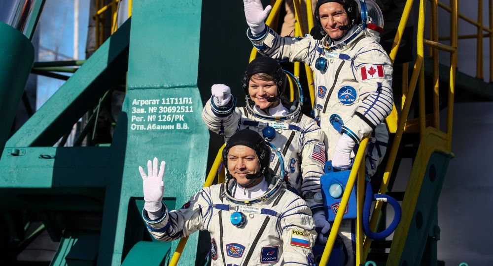 Члены основного экипажа МКС-58/59 (снизу вверх): космонавт Роскосмоса Олег Кононенко, астронавт НАСА Энн МакКлейн и астронавт Канадского космического агентства Давид Сен-Жак перед стартом ракеты-носителя