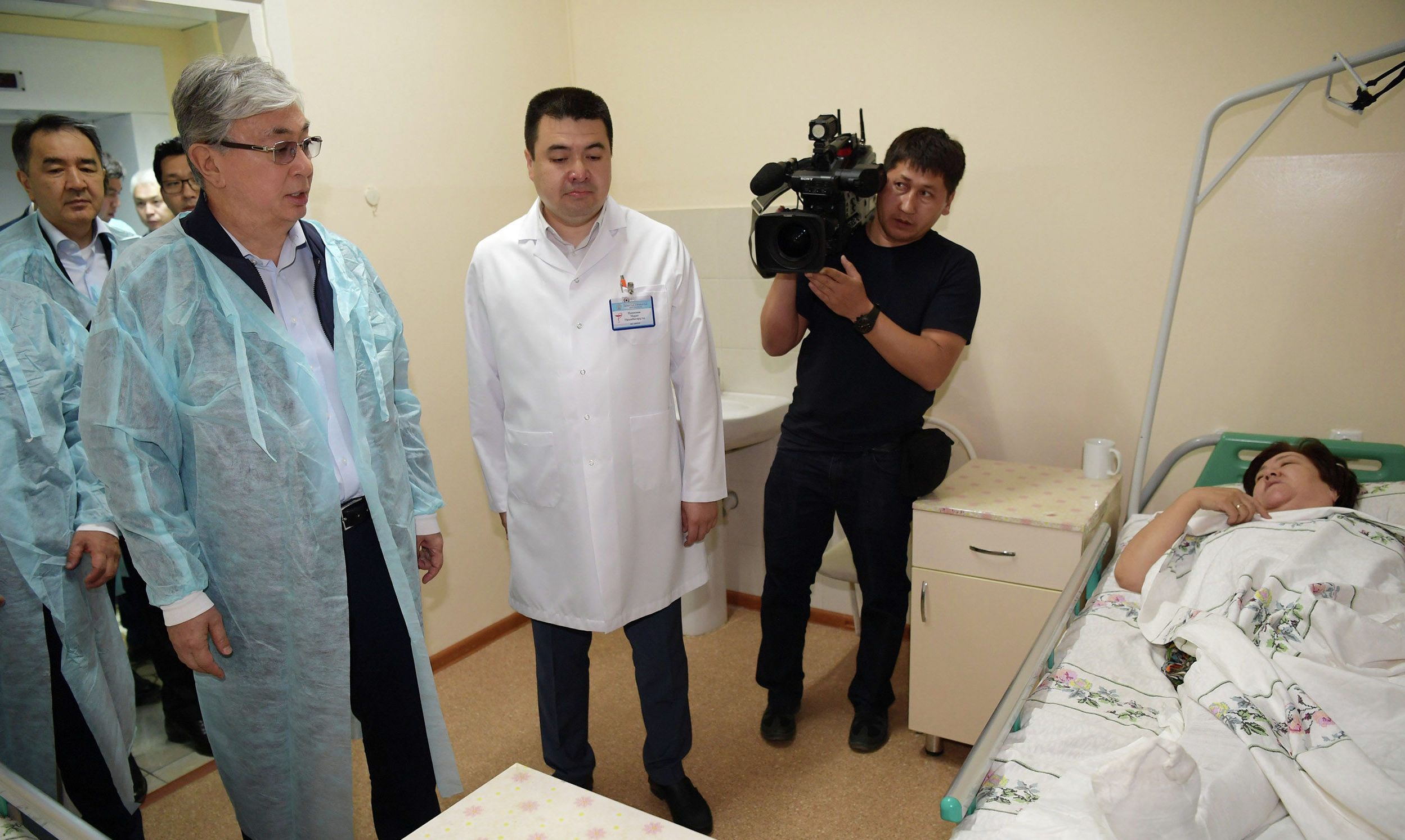 Токаев посетил раненых в результате взрывов в Арыси