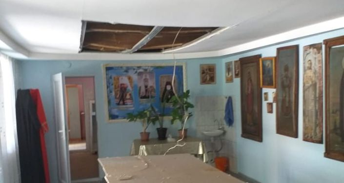 Осколками повредило здание трапезной храма