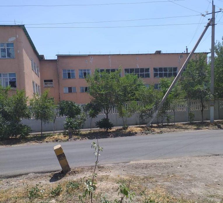 Здание школы, поврежденное осколками снарядов, в Арыси