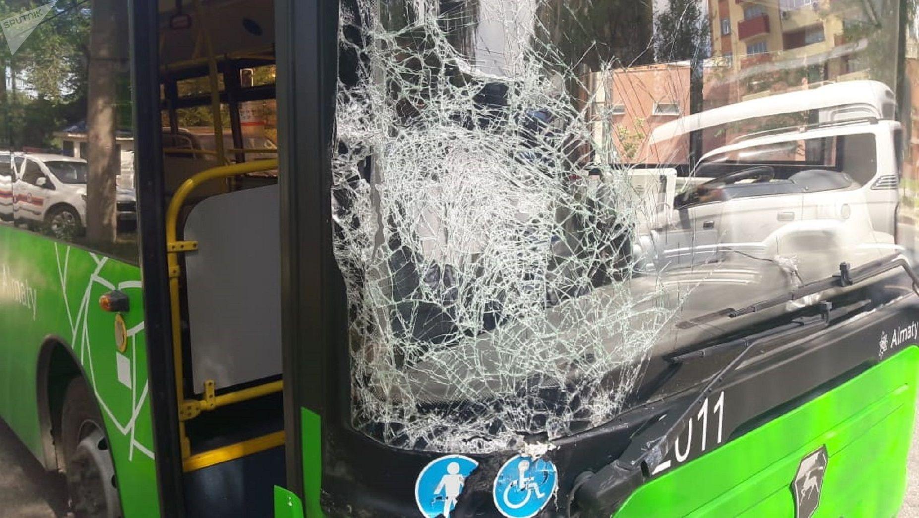 Автобус протаранил четыре автомобиля
