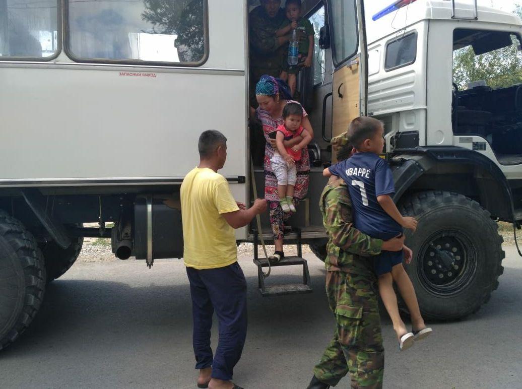 Сотрудники КЧС, помогающие жителям Арыси