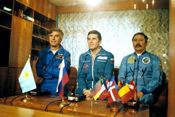 Пресс-конференция экипажа корабля Союз ТМ-19. Слева направо: Ульф Мербольд, Юрий Маленченко, Талгат Мусабаев. Звездный городок.