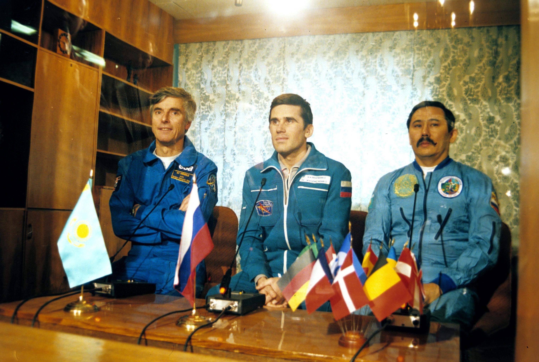 Космонавты Ульф Мербольд, Юрий Маленченко и Талгат Мусабаев на пресс-конференции, архивное фото