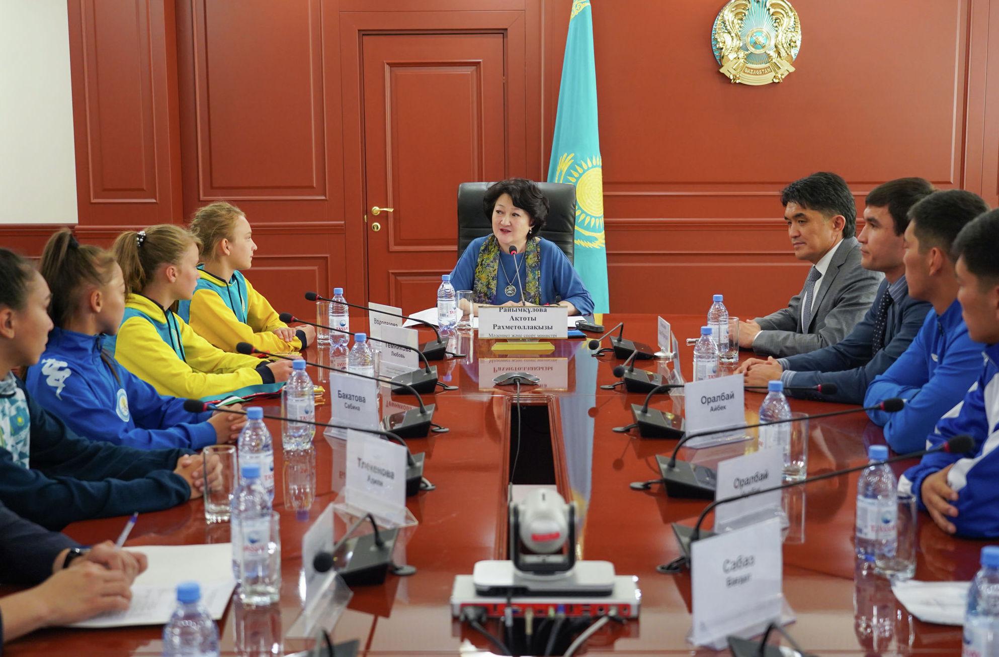 Министр культуры и спорта Казахстана Актоты Раимкулова и молодые спортсмены
