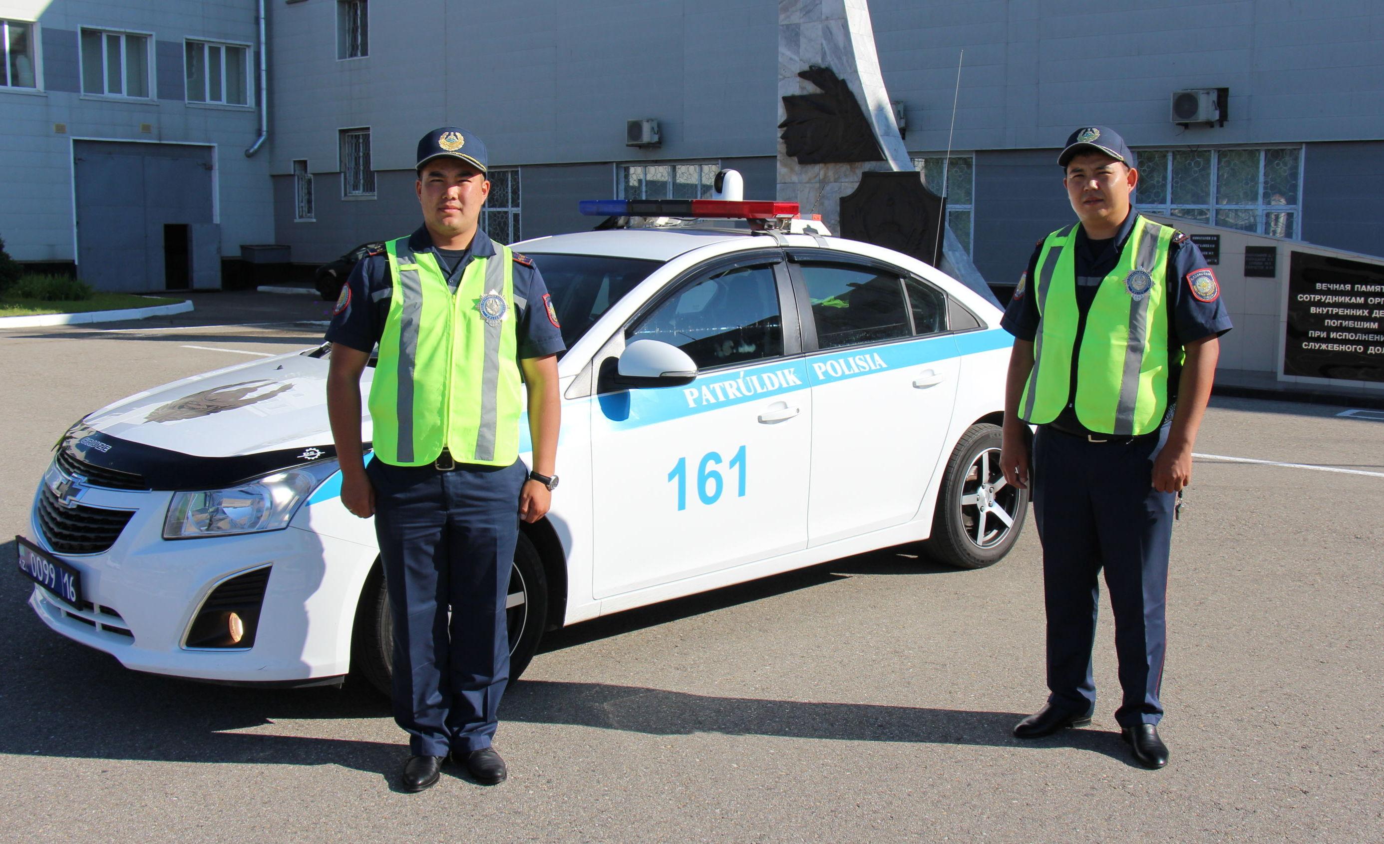 Полицейские Олжас Алимханов и Еркин Кадиров, которые помогли доставить ребенка в больницу