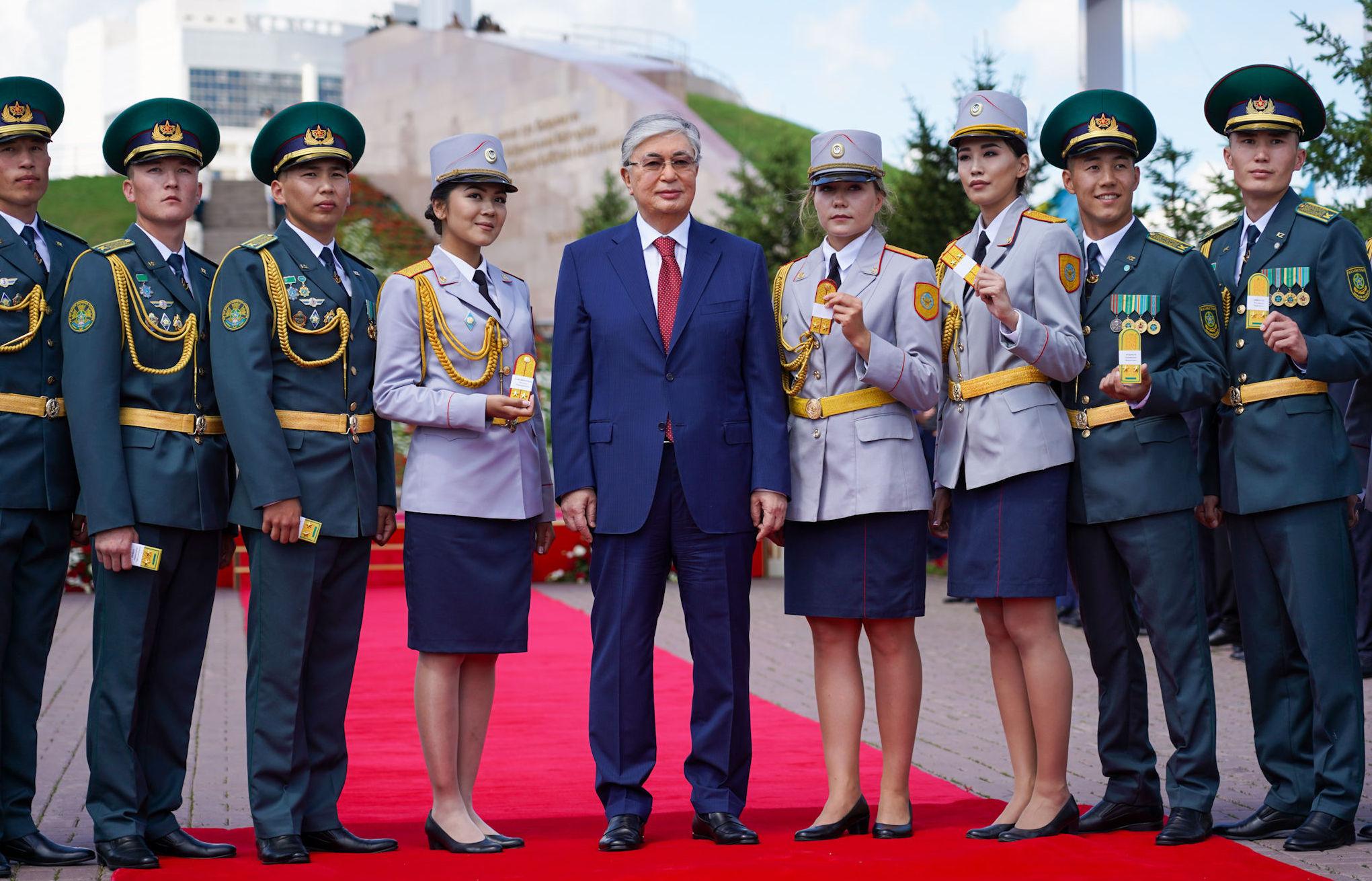 Президент Казахстана Касым-Жомарт Токаев на торжественной церемонии подъема государственного флага в честь Дня столицы с военными курсантами