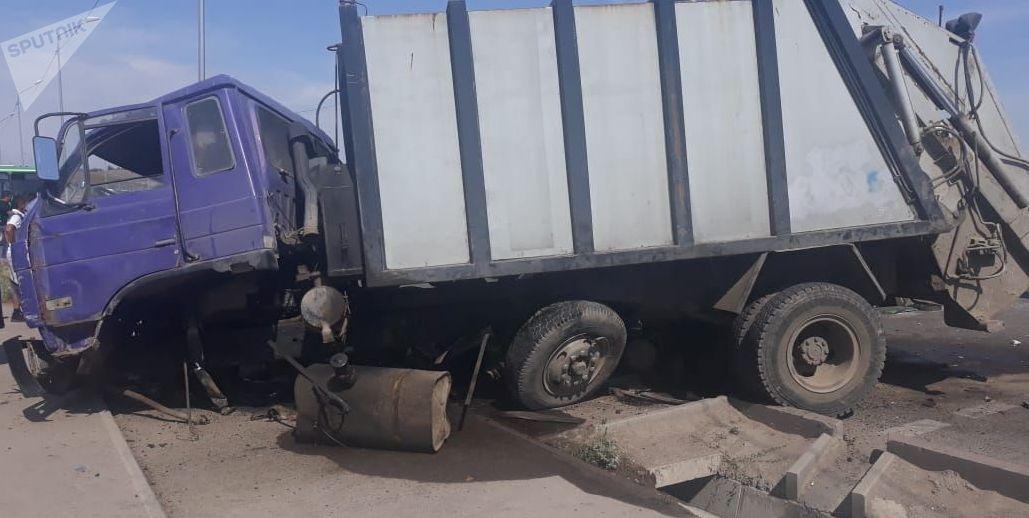 При столкновении с мусоровозом погиб 17-летний пассажир, еще 4 человека пострадали