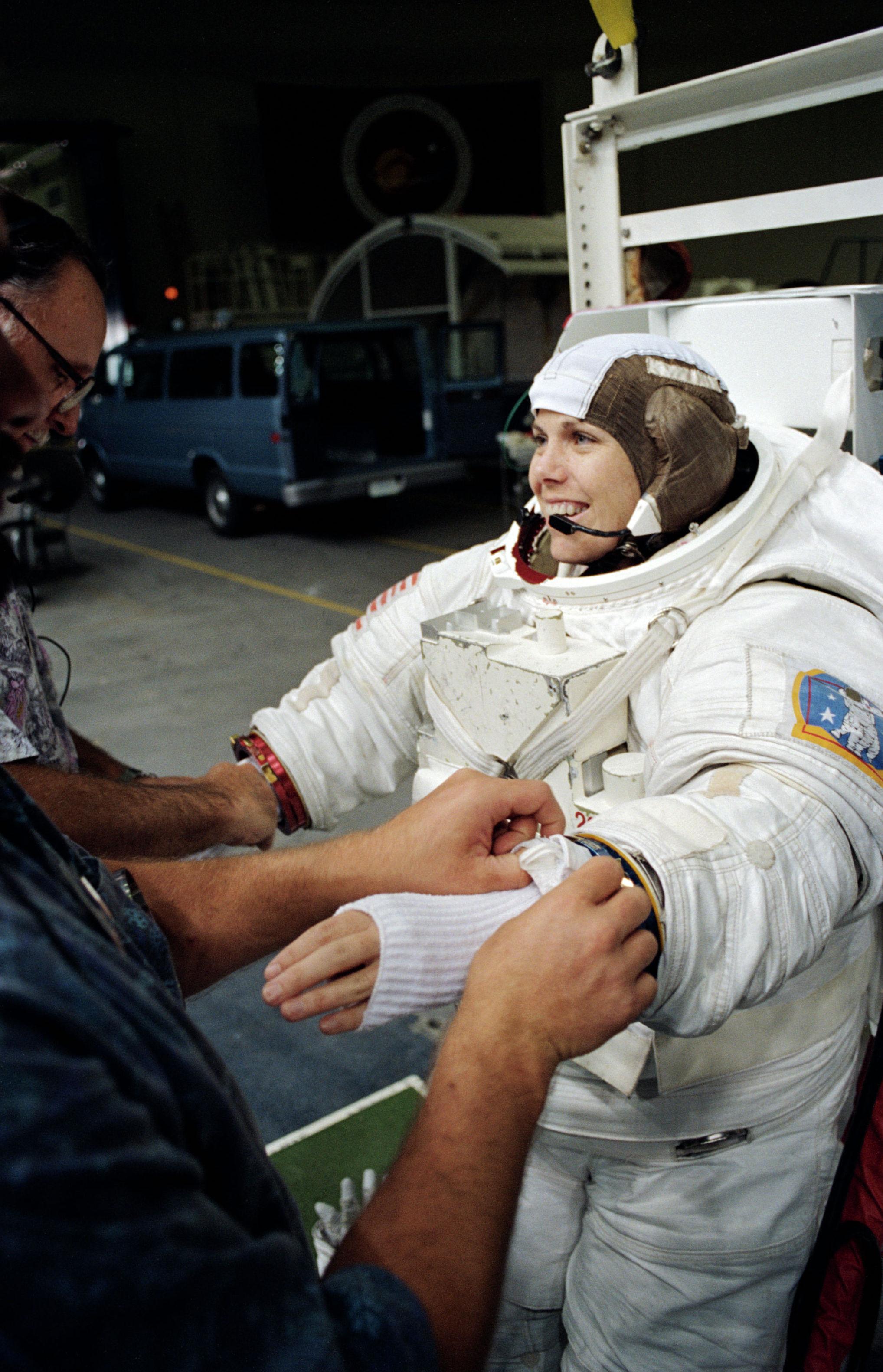 Астронавт Мэри Эллен Вебер во время тренировки