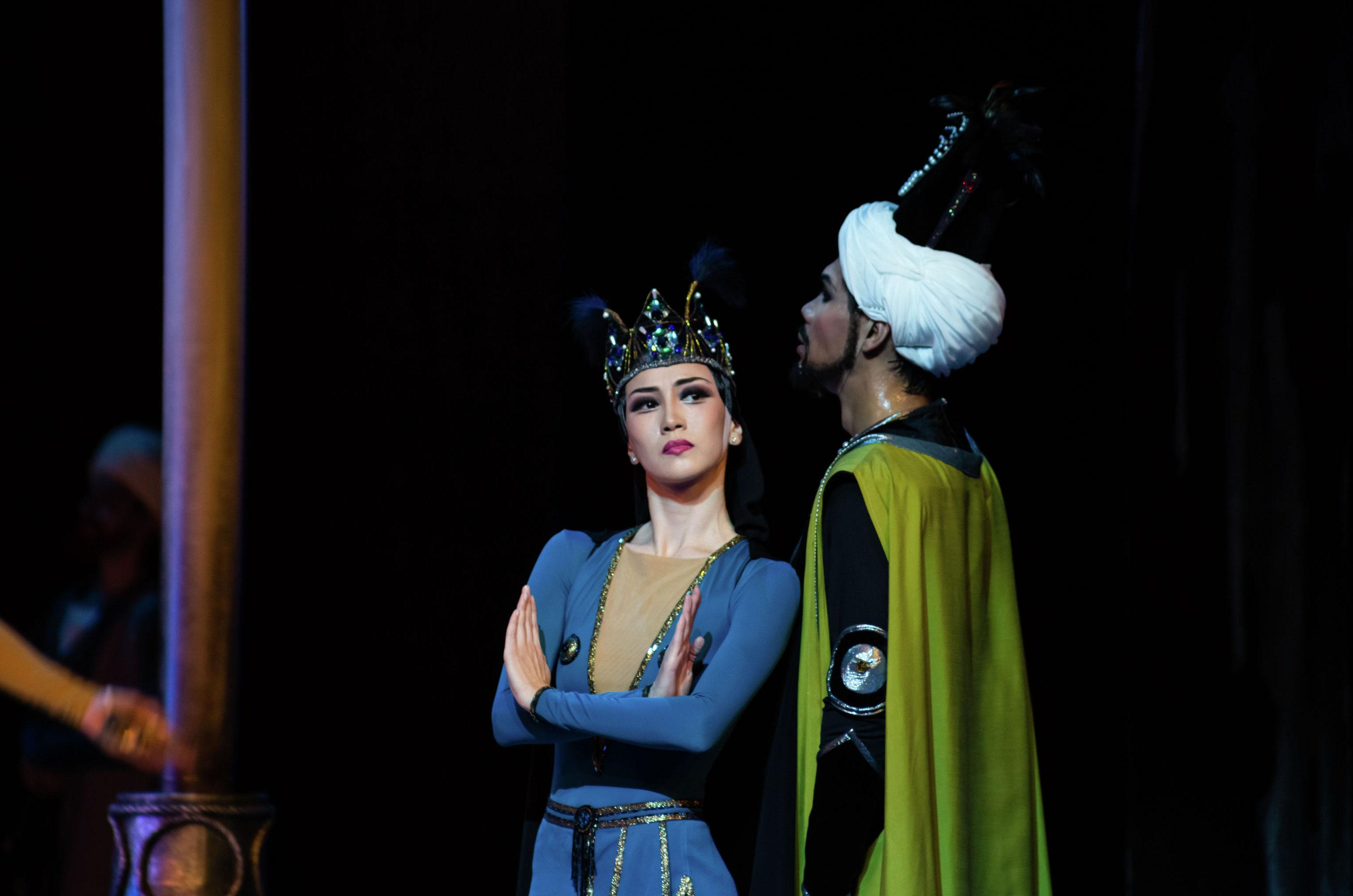 Ведущая солистка театра Астана Балет Айнур Абильгазина в образе Мехменэ Бану и солист Бауржан Мекембаев. исполняющий партию Визиря