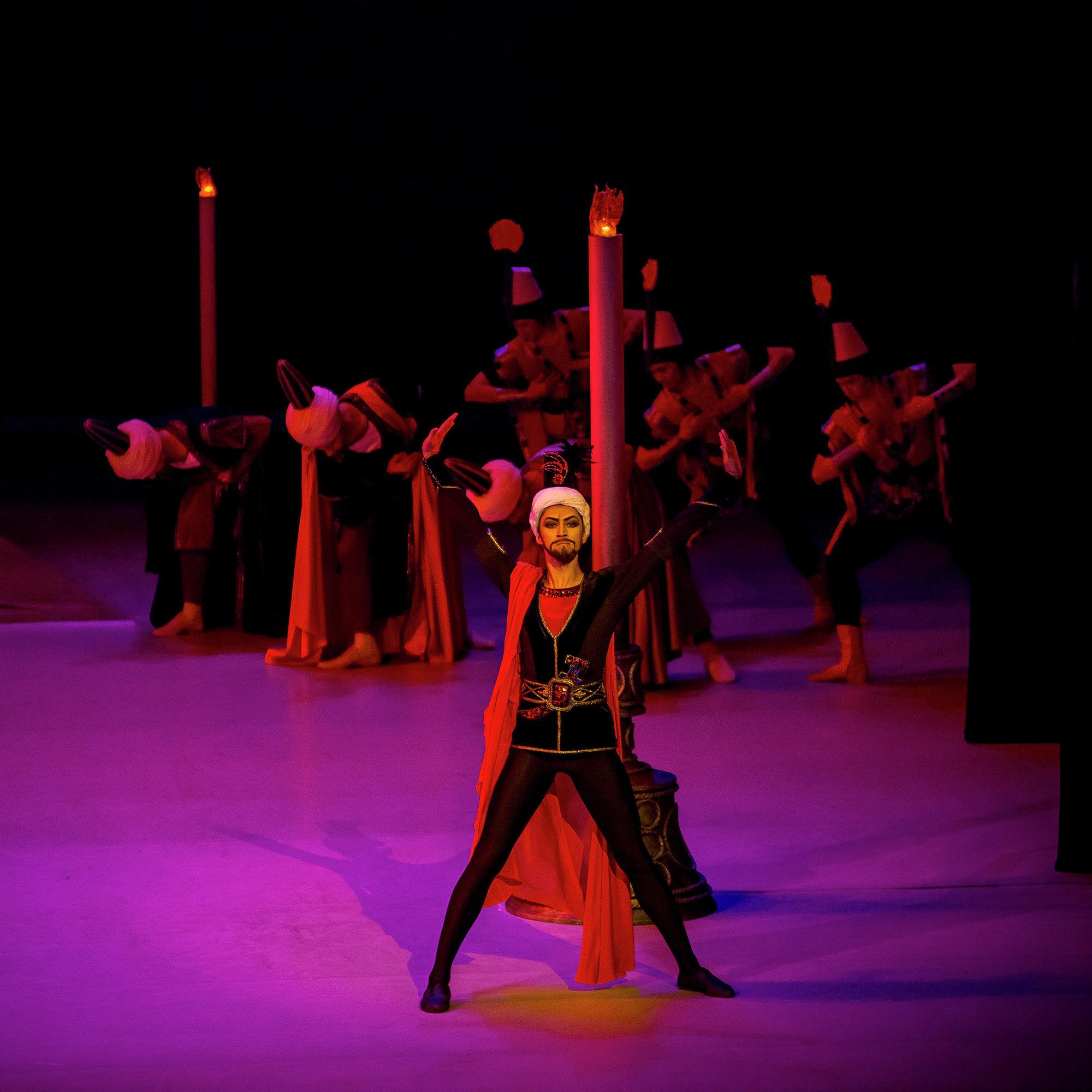 Амир Жексенбек, воплотивший образ Визиря, на сцене театра Астана Балет